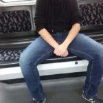 Breitbeinig Sitzender in der U-Bahn