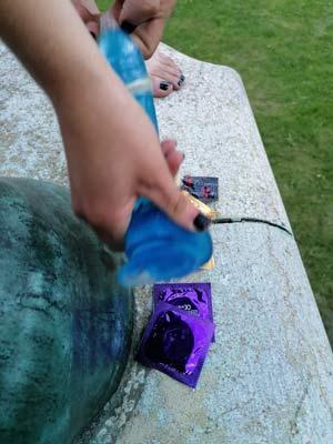 Kondom über Dildo ziehen