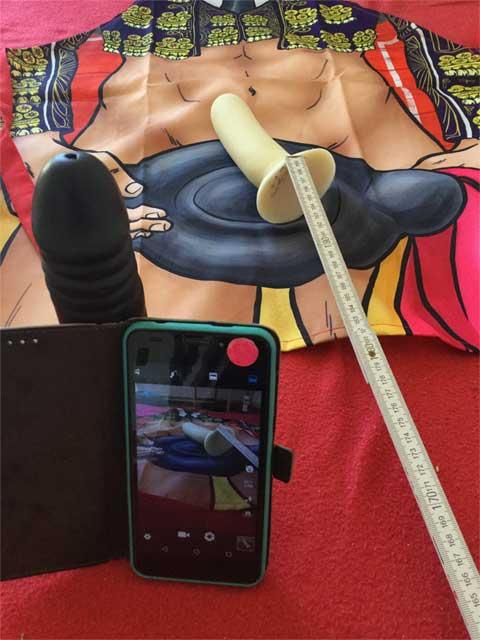 Dildo mit Maßband für zwei Meter Entfernung während Corona